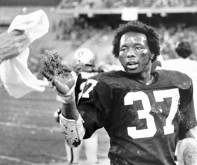 Lester Hayes, his right hand covered with goo (stickum), reaches for a towel.